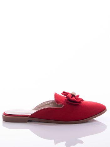 Czerwone klapki z kokardką na przodzie cholewki