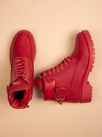 Czerwone lekko połyskujące traperki z ozdobną kłódeczką na tyle buta i złotymi dodatkami