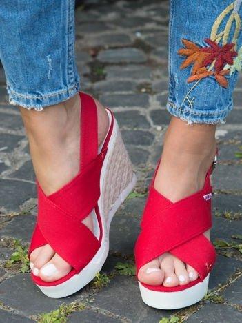 Czerwone sandały na plecionych podwyższonych koturnach