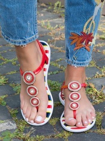 Czerwone sandały z okrągłymi blaszkami wysadzanymi cyrkoniami