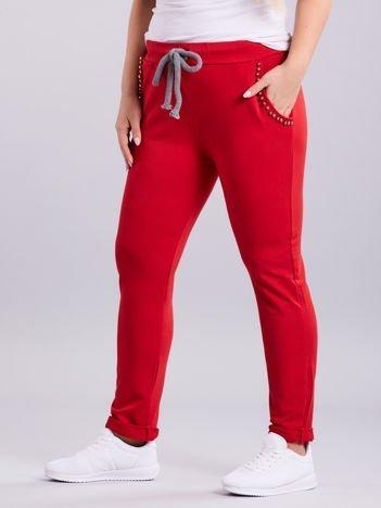 Czerwone spodnie dresowe z aplikacją PLUS SIZE