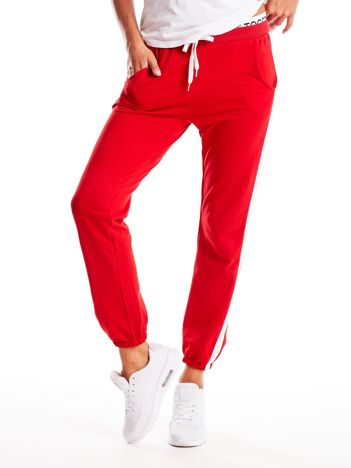 Czerwone spodnie dresowe z nadrukiem na taśmie