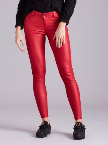 Czerwone woskowane spodnie