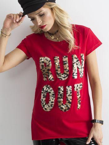 Czerwony długi t-shirt z futrzanym napisem i perełkami