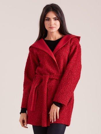 Czerwony dzianinowy płaszcz z kapturem