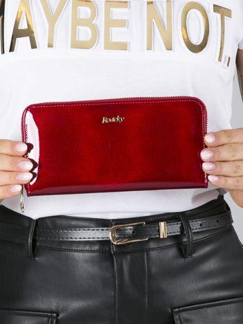 Czerwony lakierowany portfel skórzany ze wzorem futerka