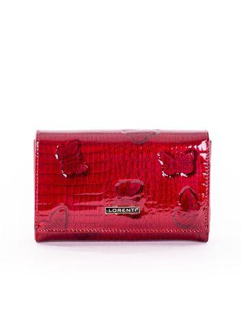 Czerwony lakierowany portfel z motywem motyli