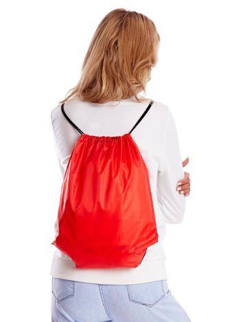 Czerwony materiałowy plecak worek