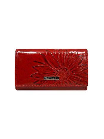 Czerwony portfel skórzany w kwiaty