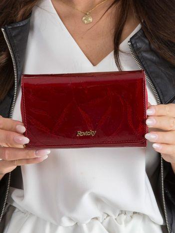 Czerwony portfel skórzany w tłoczenia
