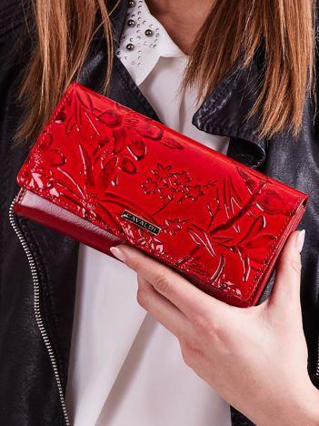 Czerwony portfel skórzany z tłoczonym wzorem