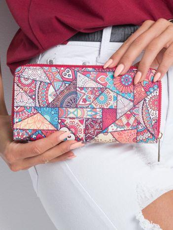Czerwony portfel w kolorowe wzory