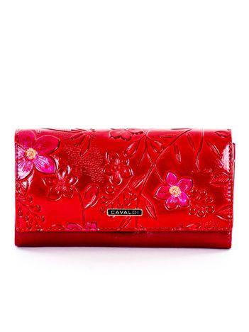 Czerwony portfel w kwiaty