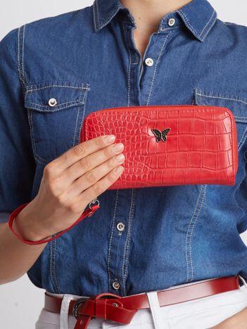 Czerwony portfel z tłoczeniem