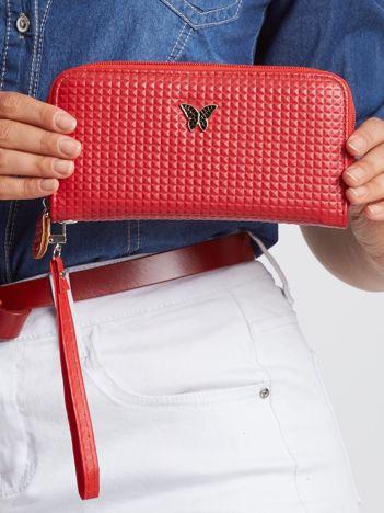 Czerwony portfel z tłoczeniem w kratkę