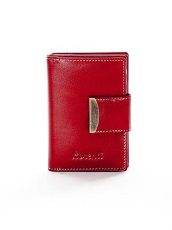 Czerwony portfel ze skóry naturalnej z ozdobną klapką