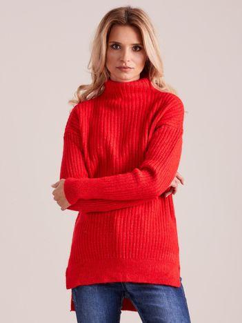 Czerwony prążkowany sweter z golfem