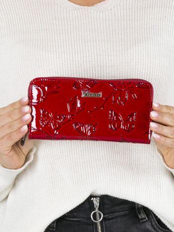 Czerwony skórzany portfel w kwiaty i motyle
