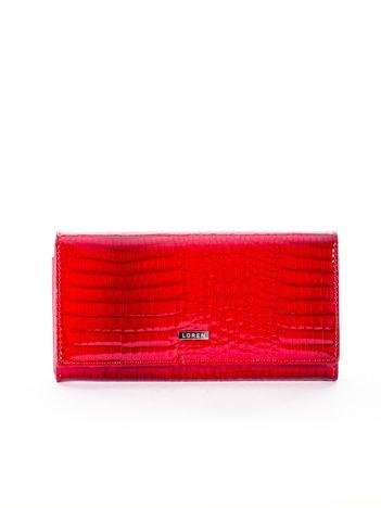 Czerwony skórzany portfel z motywem skóry krokodyla