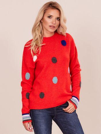Czerwony sweter w grochy