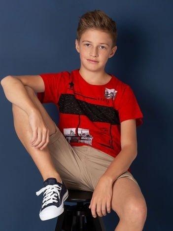 Czerwony t-shirt dla chłopca z miejskim nadrukiem