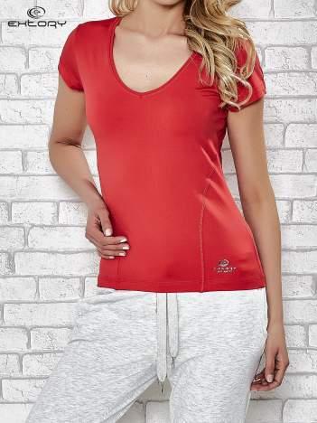 Czerwony t-shirt sportowy z dekoltem w lekkie V