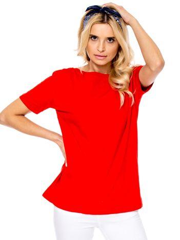 Czerwony t-shirt z głębokim dekoltem z tyłu