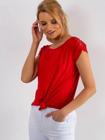 Czerwony t-shirt z koronką na rękawach