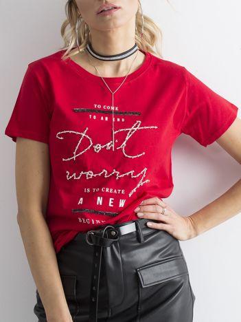 Czerwony t-shirt z napisami i cyrkoniami