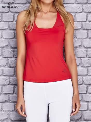 Czerwony  top sportowy z siateczką i ramiączkami w kształcie litery T na plecach