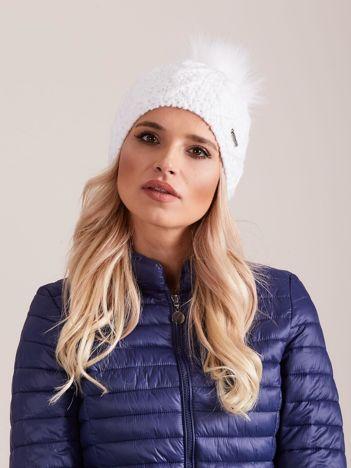 Damska czapka na zimę biała