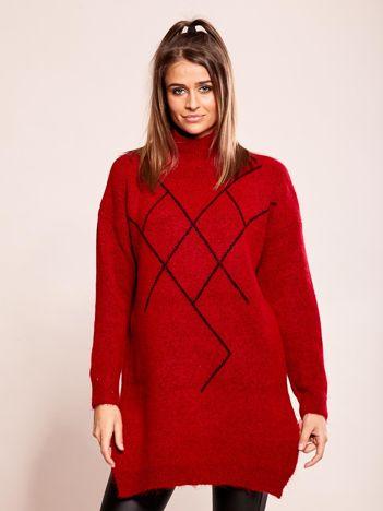 Długi czerwony sweter we wzory