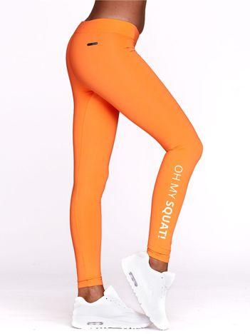 Długie fluopomarańczowe legginsy fitness z napisem OH MY SQUAT