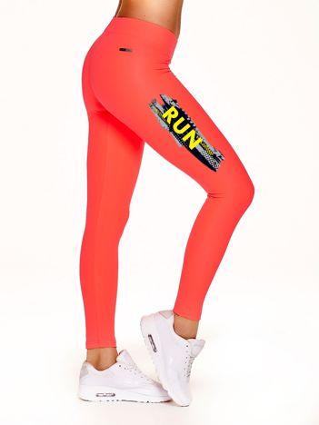 Długie legginsy fitness z kontrastowym napisem fluokoralowe