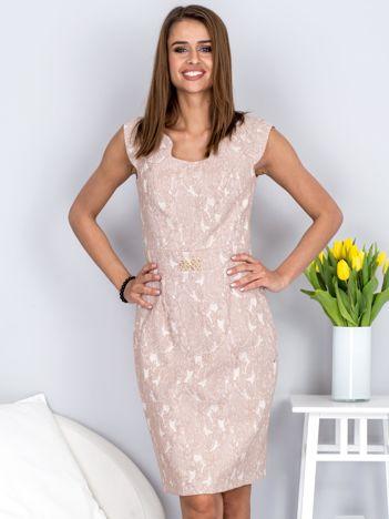Dopasowana beżowa sukienka z kwiatową fakturą