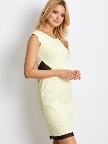 Dopasowana jasnożołta sukienka z fakturą w róże