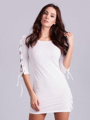 Dopasowana sukienka lace up w szeroki prążek ecru