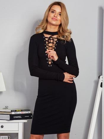 Dopasowana sukienka z chokerem i wiązaniem czarna