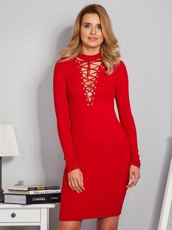 Dopasowana sukienka z chokerem i wiązaniem czerwona