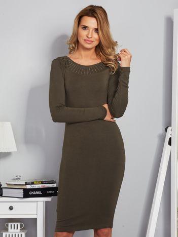 Dopasowana sukienka z dżetami przy dekolcie khaki