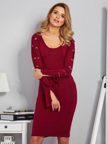 Dopasowana sukienka z rękawami lace up bordowa