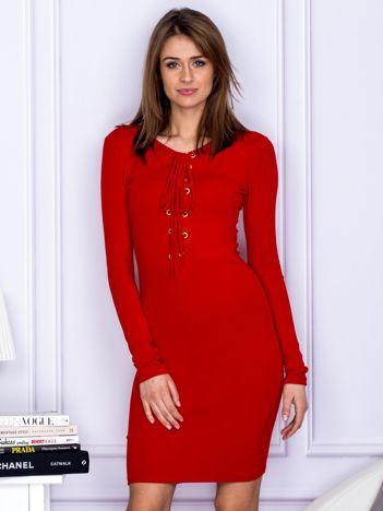 Dopasowana sukienka z wiązanym dekoltem czerwona