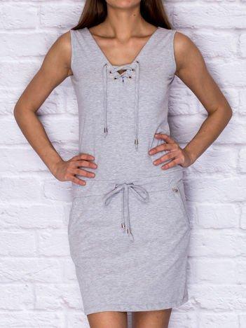 Dresowa sukienka ze sznurowanym dekoltem szara