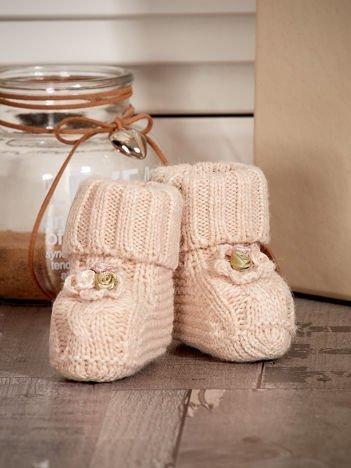 Dziergane buciki dziewczęce z kwiatuszkami beżowe