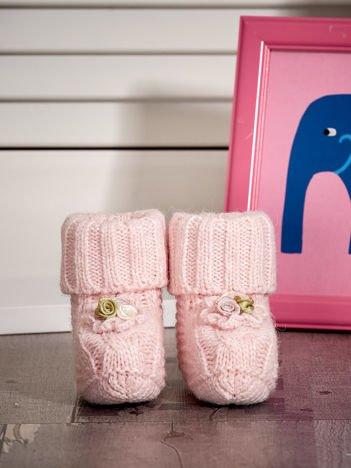 Dziergane buciki dziewczęce z kwiatuszkami jasnoróżowe
