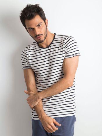 Ecru-ciemnogranatowy t-shirt w paski dla mężczyzny