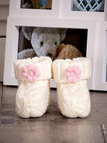 Ecru dziergane buciki dziewczęce z kwiatuszkami i perełkami