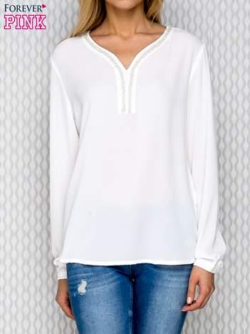 Ecru koszula z ozdobną aplikacją przy dekolcie