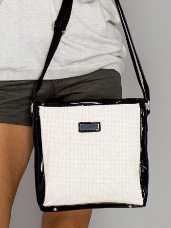 Ecru pikowana torba listonoszka z lakierowanymi wstawkami