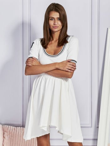 Ecru sukienka dresowa z kontrastowym wykończeniem
